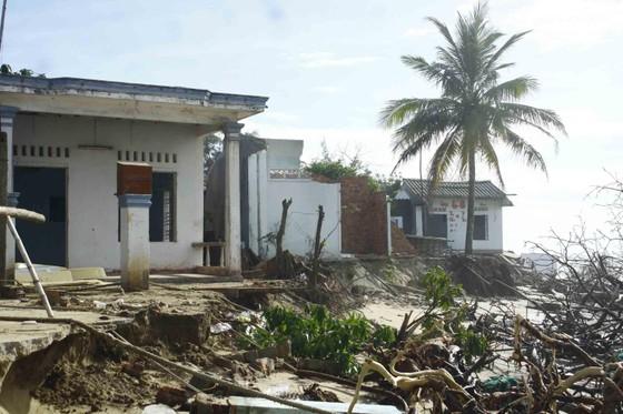Quảng Ngãi: Hàng chục nhà dân bị sóng biển đánh sập ảnh 3