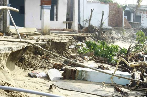 Quảng Ngãi: Hàng chục nhà dân bị sóng biển đánh sập ảnh 4
