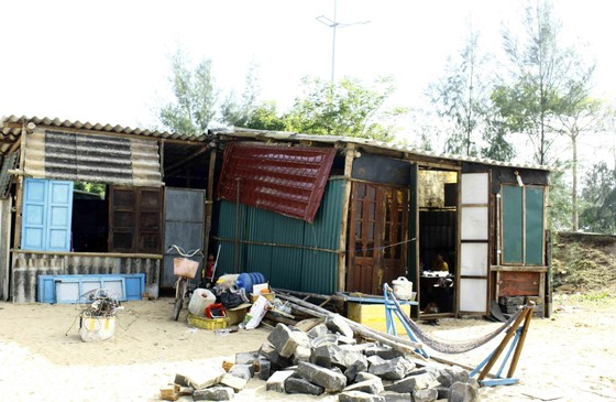 Quảng Ngãi: Hàng chục nhà dân bị sóng biển đánh sập ảnh 1