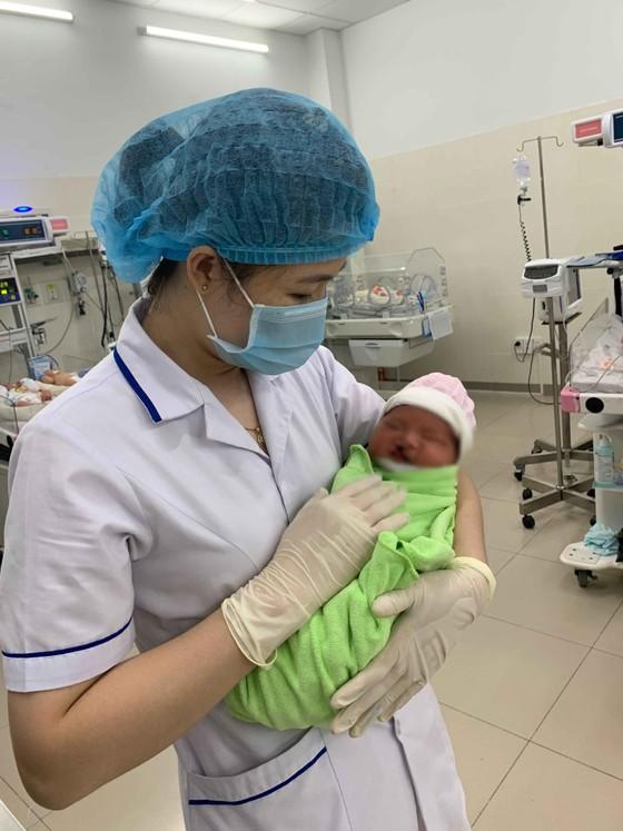 Một em bé dị tật vừa chào đời đã bị mẹ bỏ rơi ảnh 1
