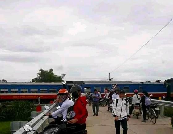 Băng qua đường ray, ô tô bị tàu hỏa tông, 1 người bị thương nặng ảnh 2
