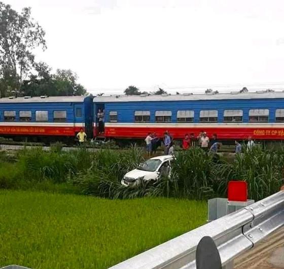 Băng qua đường ray, ô tô bị tàu hỏa tông, 1 người bị thương nặng ảnh 1