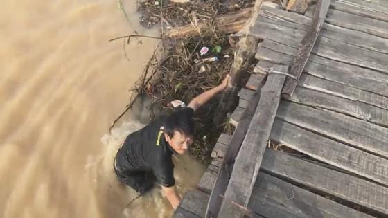 Người dân xóm 'ốc đảo' Đồng Min chèn chống để giữ cầu ảnh 4