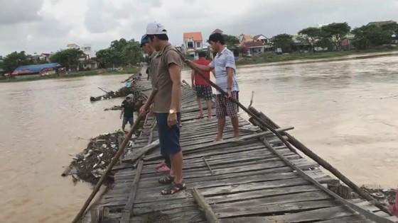Người dân xóm 'ốc đảo' Đồng Min chèn chống để giữ cầu ảnh 1