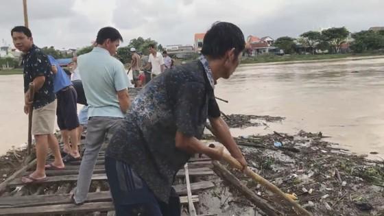 Người dân xóm 'ốc đảo' Đồng Min chèn chống để giữ cầu ảnh 3