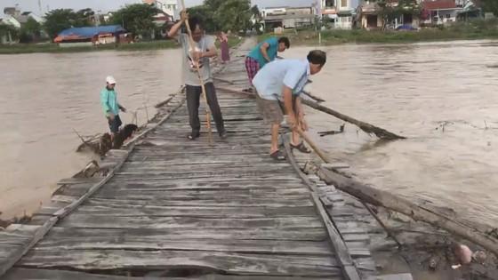 Người dân xóm 'ốc đảo' Đồng Min chèn chống để giữ cầu ảnh 5