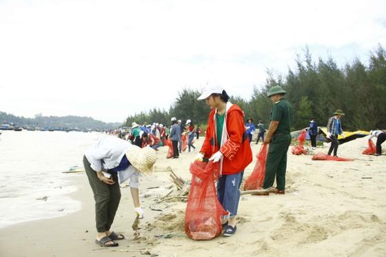 Củi, rác thải phủ khắp hạ lưu sông Trà Bồng sau bão số 5 ảnh 7