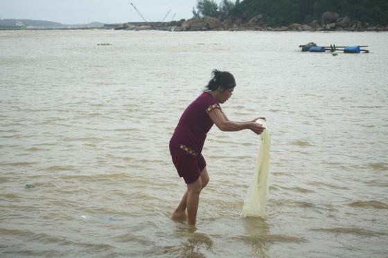 Củi, rác thải phủ khắp hạ lưu sông Trà Bồng sau bão số 5 ảnh 5