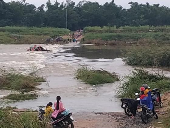 Quảng Ngãi:  Nước chảy xiết, đò ngang lật giữa dòng, 5 người thoát nạn ảnh 1