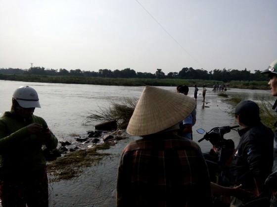 Nguy hiểm vượt sông của người dân giữa lòng sông Trà Khúc (Quảng Ngãi) ảnh 1