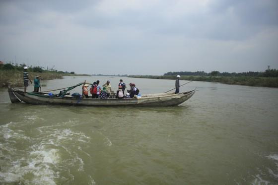 Nguy hiểm vượt sông của người dân giữa lòng sông Trà Khúc (Quảng Ngãi) ảnh 11