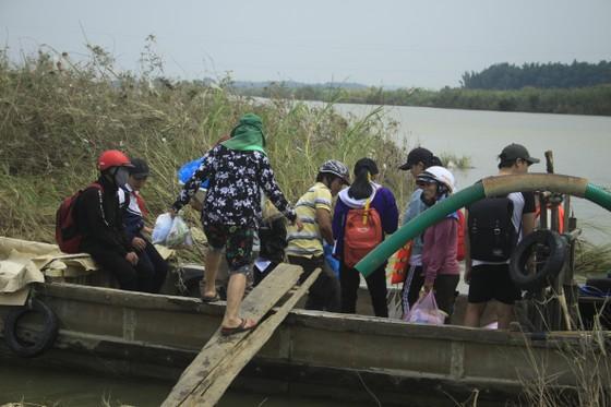 Nguy hiểm vượt sông của người dân giữa lòng sông Trà Khúc (Quảng Ngãi) ảnh 2