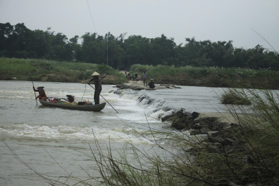 Nguy hiểm vượt sông của người dân giữa lòng sông Trà Khúc (Quảng Ngãi) ảnh 12