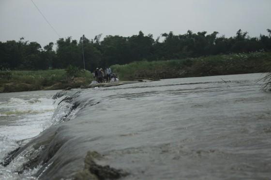 Nguy hiểm vượt sông của người dân giữa lòng sông Trà Khúc (Quảng Ngãi) ảnh 9
