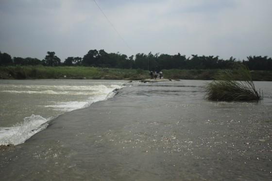 Nguy hiểm vượt sông của người dân giữa lòng sông Trà Khúc (Quảng Ngãi) ảnh 10