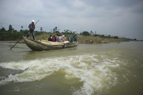 Nguy hiểm vượt sông của người dân giữa lòng sông Trà Khúc (Quảng Ngãi) ảnh 6
