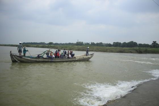 Nguy hiểm vượt sông của người dân giữa lòng sông Trà Khúc (Quảng Ngãi) ảnh 3