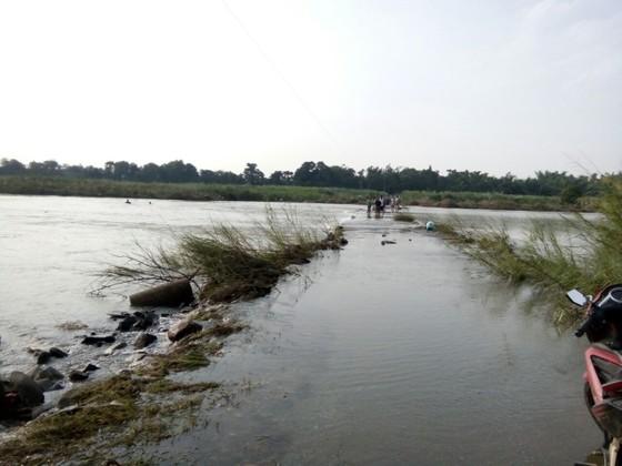 Lội qua sông, một phụ nữ bị nước cuốn trôi ảnh 2