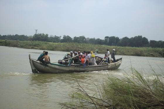 Nguy hiểm vượt sông của người dân giữa lòng sông Trà Khúc (Quảng Ngãi) ảnh 5