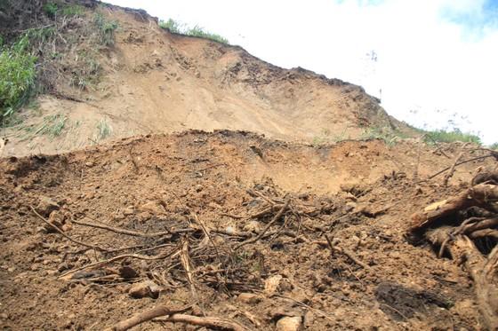 Quảng Ngãi: Khắc phục nhiều điểm sạt lở do ảnh hưởng bão số 6 ảnh 2