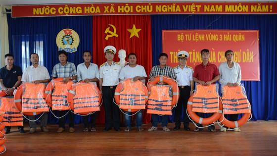 Quảng Ngãi: Bộ tư lệnh Vùng 3 Hải quân thăm, tặng quà ngư dân đảo Lý Sơn  ảnh 2