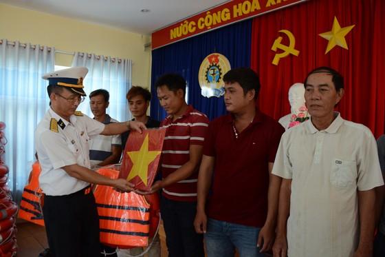 Quảng Ngãi: Bộ tư lệnh Vùng 3 Hải quân thăm, tặng quà ngư dân đảo Lý Sơn  ảnh 1
