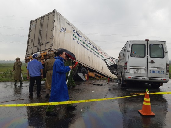 Quảng Ngãi: Tai nạn giữa xe container và xe khách, 2 người chết, 11 người bị thương ảnh 1