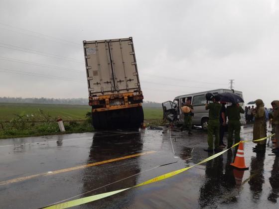 Quảng Ngãi: Tai nạn giữa xe container và xe khách, 2 người chết, 11 người bị thương ảnh 2