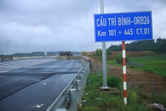 Đã quá 330 ngày chờ lún, vòng xoay Dung Quất nối cao tốc Đà Nẵng - Quảng Ngãi vẫn ngổn ngang ảnh 1
