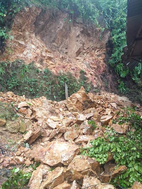 Quảng Ngãi: Núi sạt lở đổ xuống nhà dân ở Sơn Hà ảnh 1