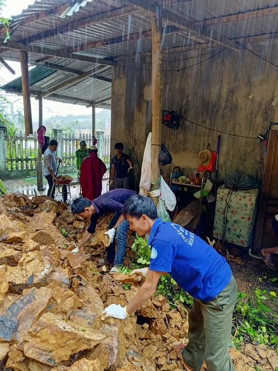 Quảng Ngãi: Núi sạt lở đổ xuống nhà dân ở Sơn Hà ảnh 2