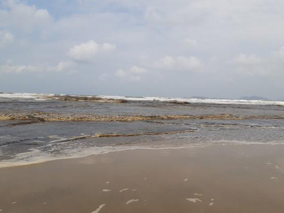 Nước biển ở Quảng Ngãi chuyển màu nâu đen, nổi bọt ảnh 3
