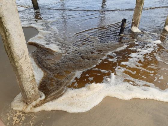 Nước biển ở Quảng Ngãi chuyển màu nâu đen, nổi bọt ảnh 2