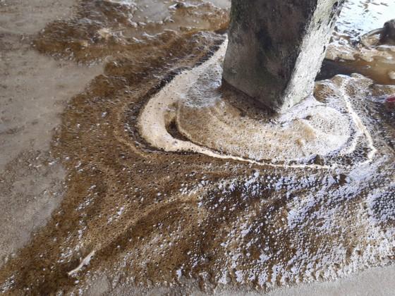 Nước biển ở Quảng Ngãi chuyển màu nâu đen, nổi bọt ảnh 4