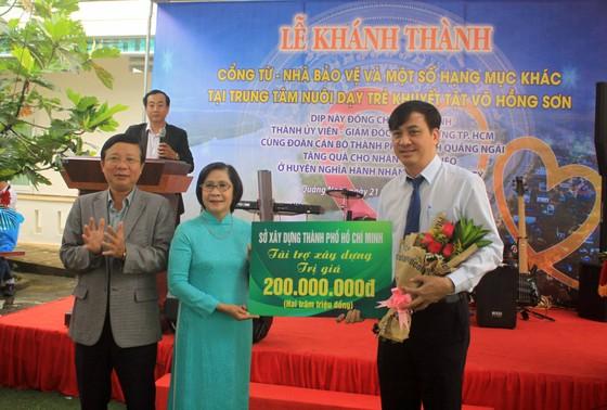 Khánh thành cổng từ và tặng quà cho học sinh Trung tâm nuôi dạy trẻ khuyết tật Võ Hồng Sơn ảnh 2