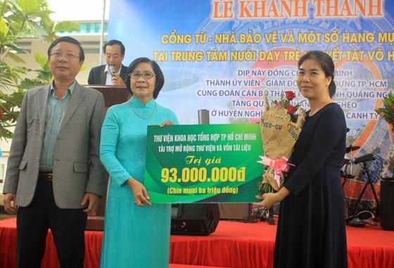 Khánh thành cổng từ và tặng quà cho học sinh Trung tâm nuôi dạy trẻ khuyết tật Võ Hồng Sơn ảnh 4