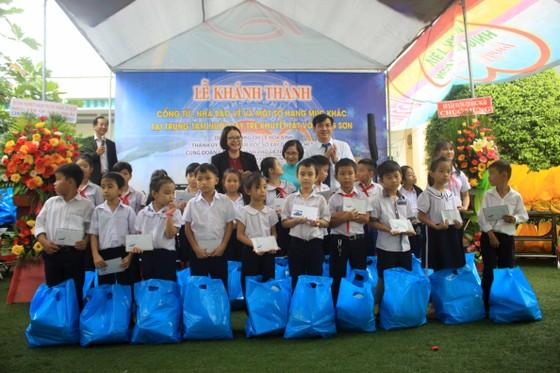Khánh thành cổng từ và tặng quà cho học sinh Trung tâm nuôi dạy trẻ khuyết tật Võ Hồng Sơn ảnh 6