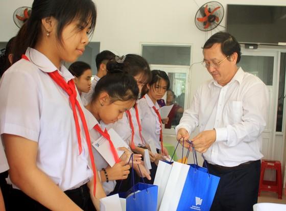 ĐHQG TPHCM trao học bổng cho học sinh Trung tâm Võ Hồng Sơn ảnh 2