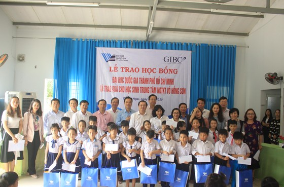 ĐHQG TPHCM trao học bổng cho học sinh Trung tâm Võ Hồng Sơn ảnh 1