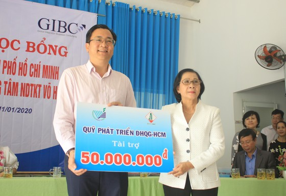 ĐHQG TPHCM trao học bổng cho học sinh Trung tâm Võ Hồng Sơn ảnh 3