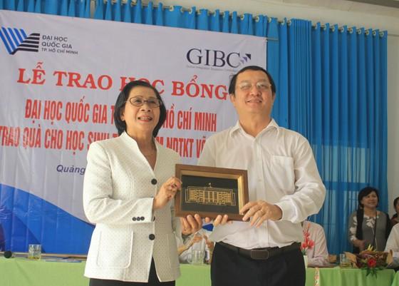 ĐHQG TPHCM trao học bổng cho học sinh Trung tâm Võ Hồng Sơn ảnh 4