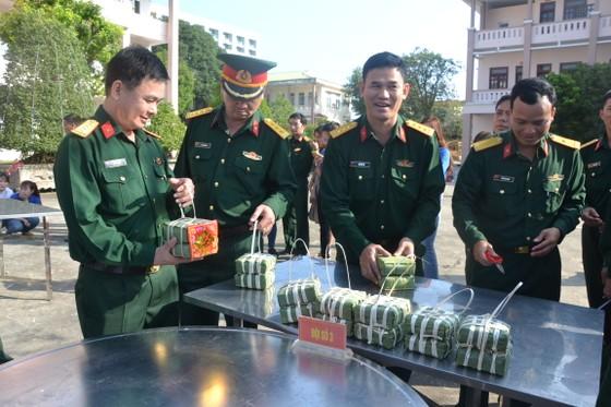 Quảng Ngãi: Bộ đội gói 160 cặp bánh chưng tặng người nghèo ảnh 3