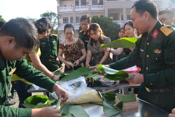 Quảng Ngãi: Bộ đội gói 160 cặp bánh chưng tặng người nghèo ảnh 2