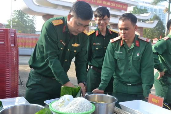 Quảng Ngãi: Bộ đội gói 160 cặp bánh chưng tặng người nghèo ảnh 1