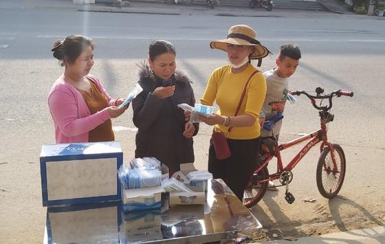 Nhiều nơi ở Quảng Ngãi phát khẩu trang y tế miễn phí phòng virus Corona ảnh 1