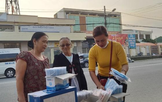 Nhiều nơi ở Quảng Ngãi phát khẩu trang y tế miễn phí phòng virus Corona ảnh 2