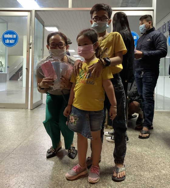Nhiều nơi ở Quảng Ngãi phát khẩu trang y tế miễn phí phòng virus Corona ảnh 6