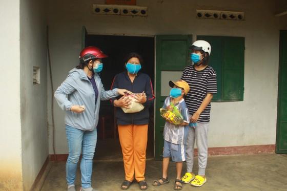 Nhóm từ thiện đến tận nhà tặng gạo các cụ già neo đơn  ảnh 1