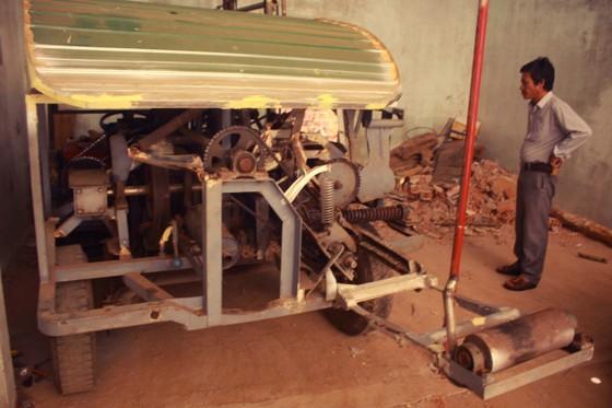 Người dân Quảng Ngãi sáng tạo máy bóc vỏ cây keo tự động ảnh 3