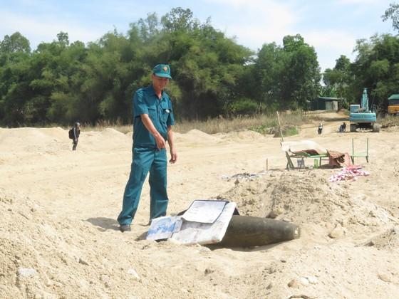 Quảng Ngãi: Phát hiện một quả bom nặng 500kg dưới lòng sông Trà Khúc ảnh 1